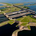 Het bouwen van de betonconstructies van de Krammersluizen is het grootste project dat Rijkswaterstaat ooit liet uitvoeren, Rijkswaterstaat