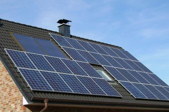 zonnepanelen op dak, Skeeze via Pixabay CC0