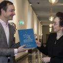Colette Alma (VNCI) overhandigt Chemistry for Climate, de routekaart chemie 2050, aan minister Wiebes , bron: VNCI