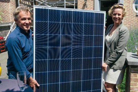 Gedeputeerde Inga Verhaert met bewoner Dirk Verlinden van het huis waar in juni de 10.000ste installatie werd geplaatst. (© provincie Antwerpen)